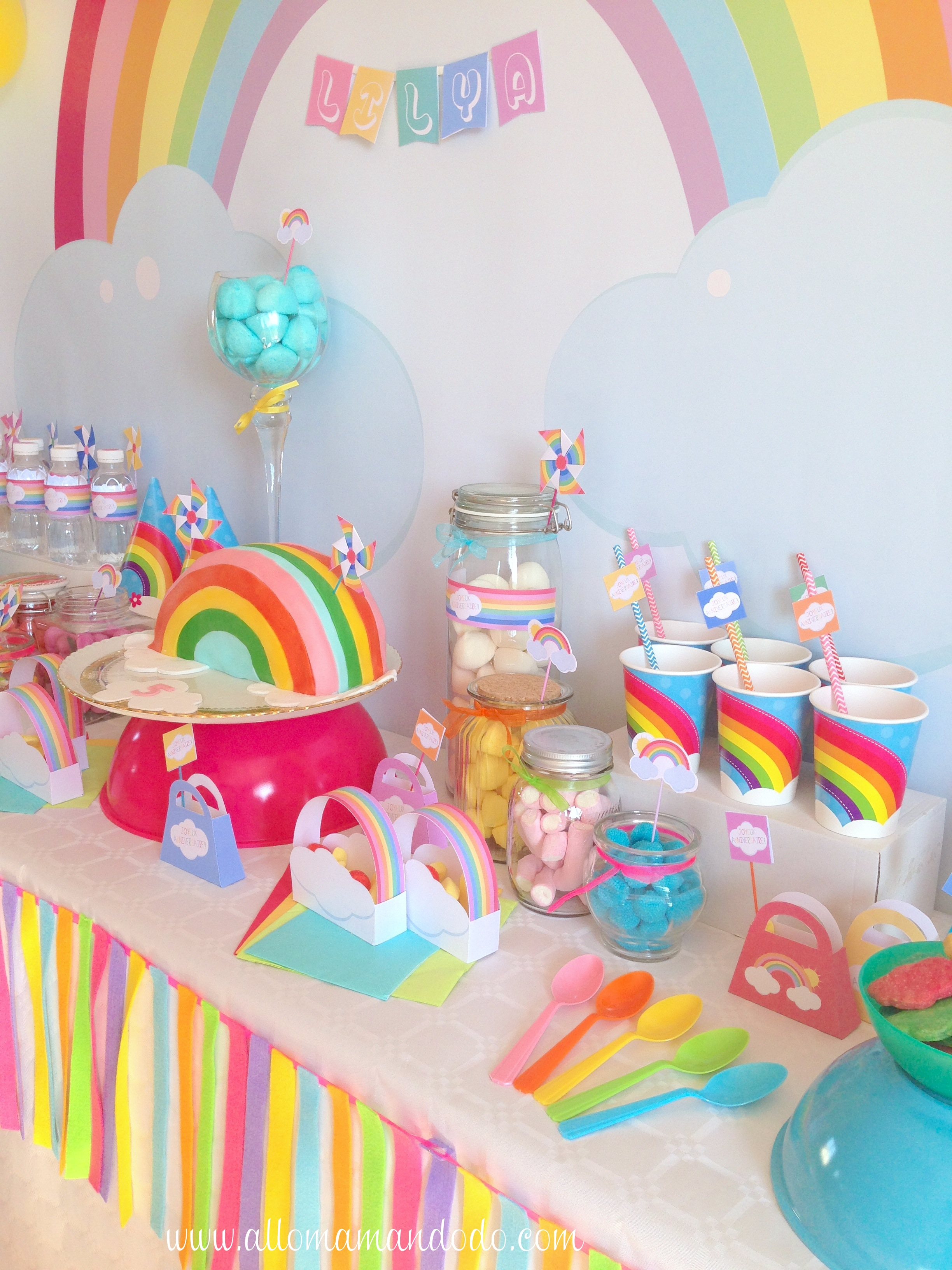 La sweet table d co d 39 anniversaire arc en ciel les for Photo de decoration